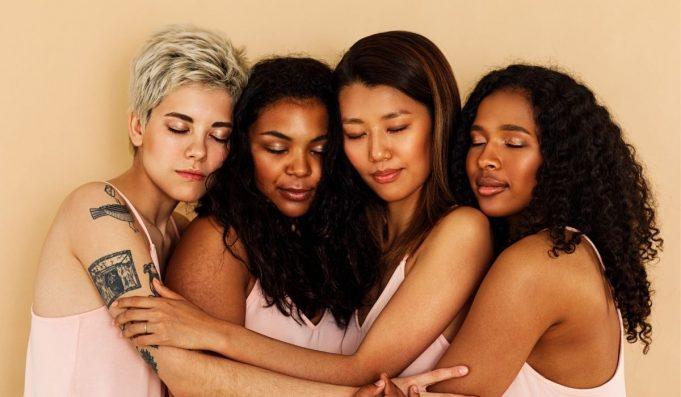 diferente mulheres abraçadas